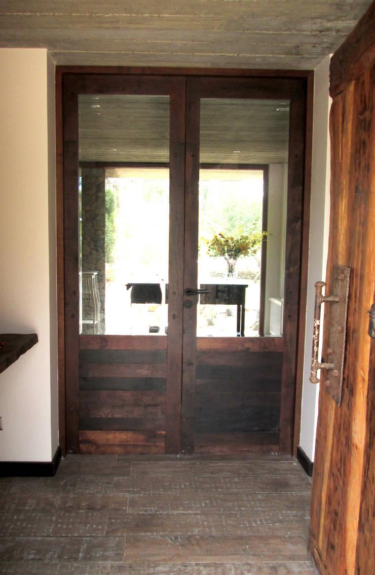 Puerta de acceso e interior de duelas.: Ventanas de estilo  por Ignisterra