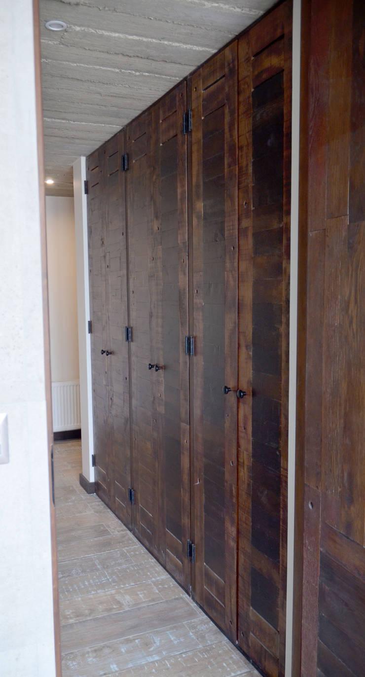 Puertas de closet de duelas.: Ventanas de estilo  por Ignisterra