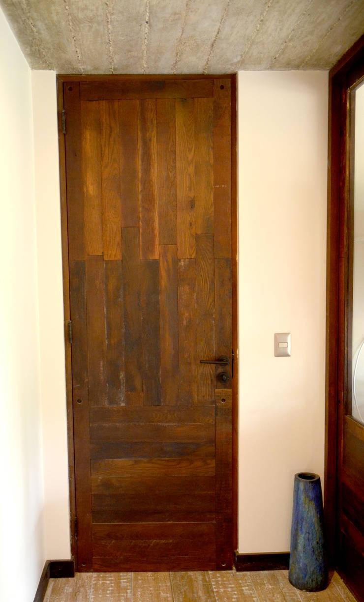 Puerta interior de duelas.: Ventanas de estilo  por Ignisterra