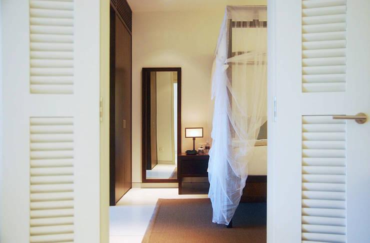 Suite:  Hotels by Deirdre Renniers Interior Design,Tropical