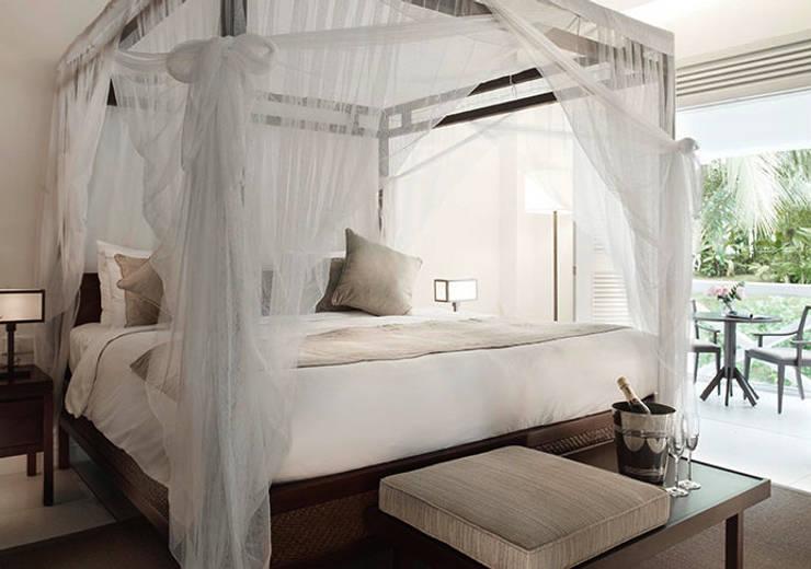 Suite Bedroom:  Hotels by Deirdre Renniers Interior Design,Tropical