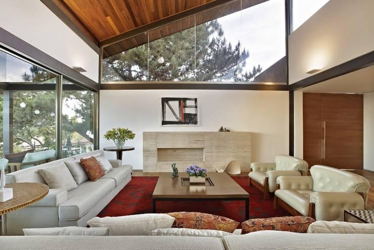 tropical Living room by David Guerra Arquitetura e Interiores