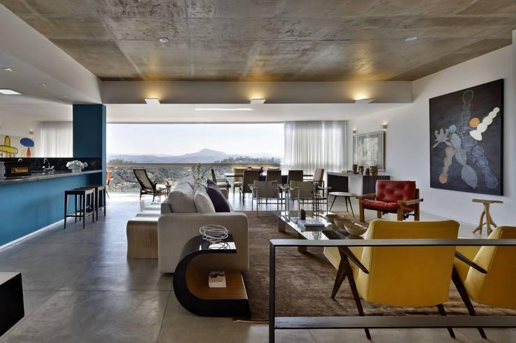 Livings de estilo  por David Guerra Arquitetura e Interiores