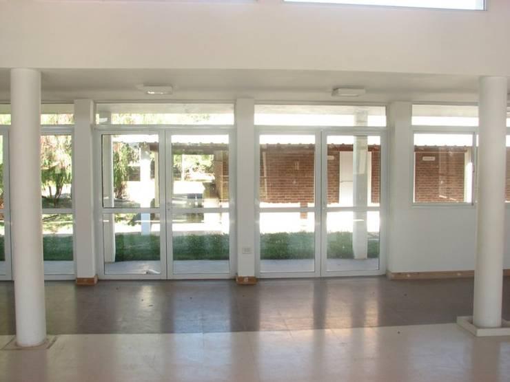 Salón ingreso: Salas multimedia de estilo  por Lineasur Arquitectos