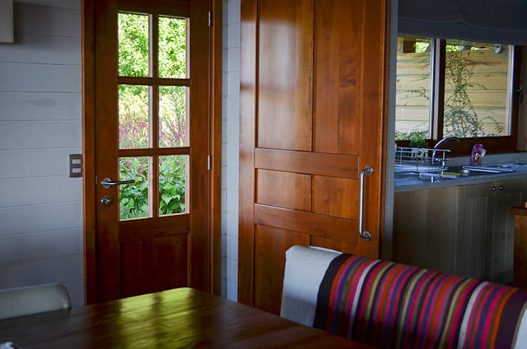 23 puertas de madera que te van a gustar para tu casa for Modelos de puerta de madera para casa