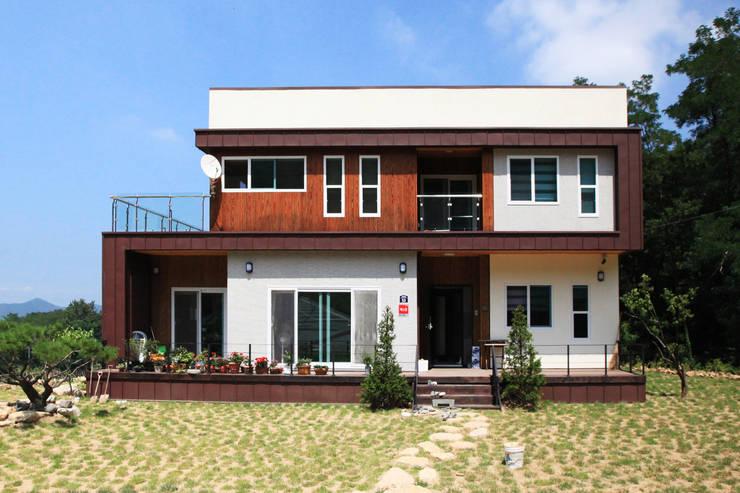독특한 공간을 통해 가족과의 소통과 여유로운 생활을 안기는 모던스타일[경북 칠곡]: 지성하우징의  주택,