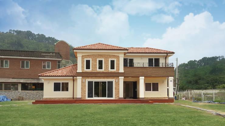 웅장한 디자인과 넓은 실내가 연출된 지중해 스타일[전북 완주]: 지성하우징의  주택