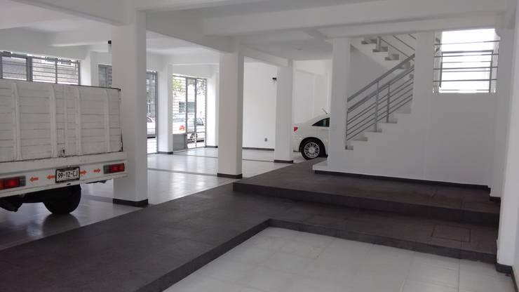 Gómez Farías: Garajes de estilo  por DYE-ARQUITECTURA