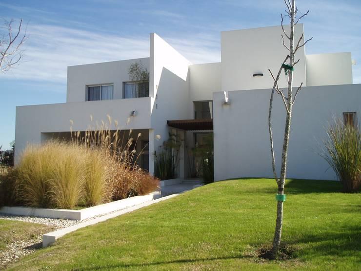 Casa AM Racionalista en Nordelta: Casas de estilo  por Estudio Medan Arquitectos
