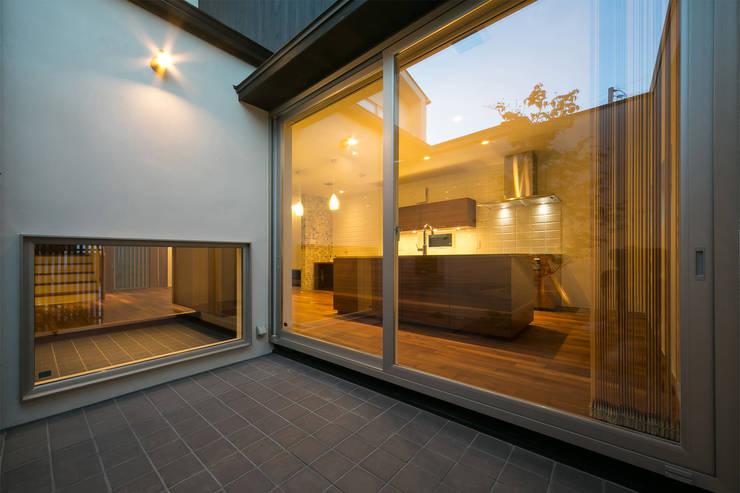 中庭からキッチン: アーキシップス古前建築設計事務所が手掛けたベランダです。