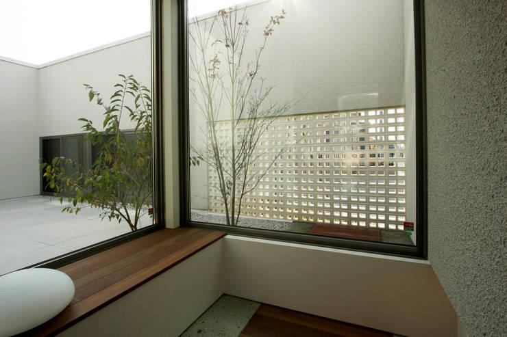 T邸ー光る箱の家: C-design吉内建築アトリエが手掛けた廊下 & 玄関です。