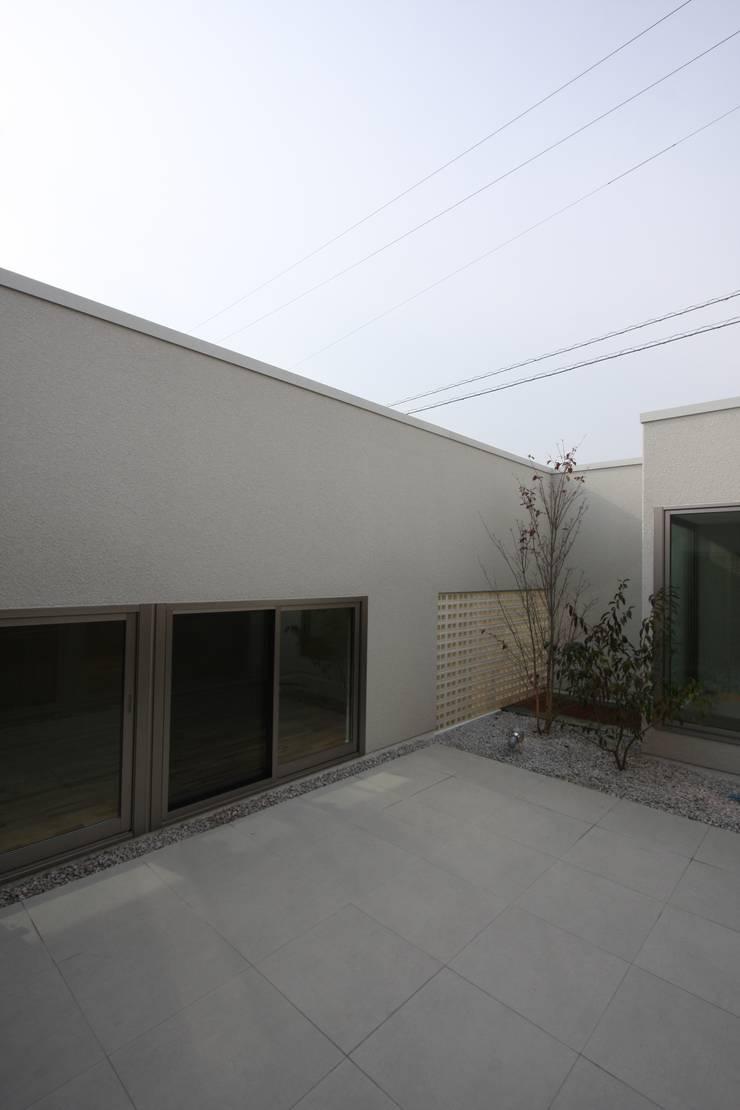 T邸ー光る箱の家: C-design吉内建築アトリエが手掛けたテラス・ベランダです。