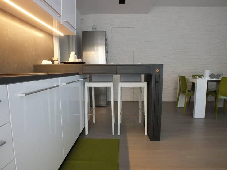 FRIEND'S HOUSE: Cucina in stile  di MATTEONOFRINTERIORDESIGNER