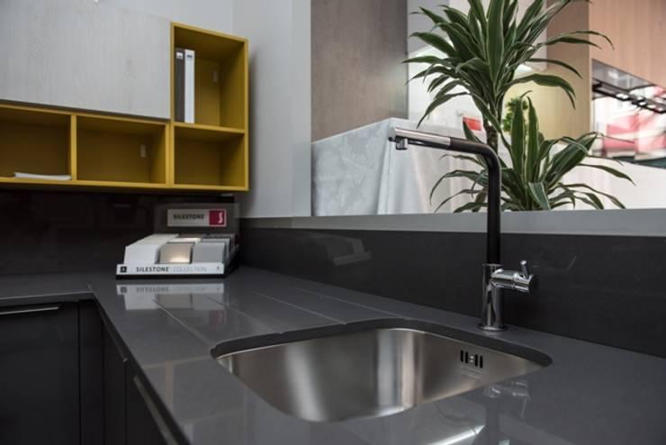 PROJETO  TOTAL DO SHOWROOM AREA DESIGN INTERIORES: Cozinha  por Area design interiores - cozinhas em Braga