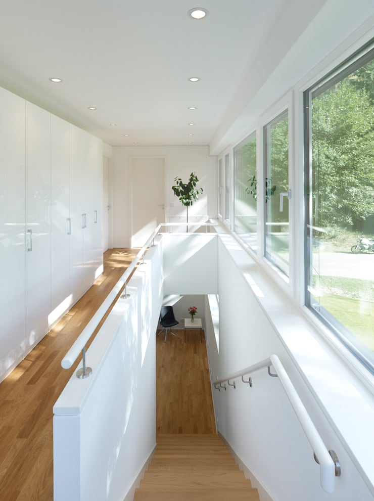 Einfamilienhaus in Falkensee bei Berlin:  Flur & Diele von Justus Mayser Architekt