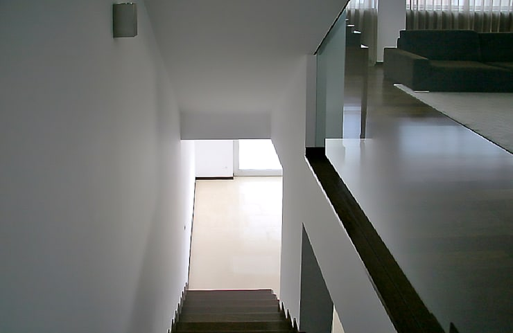 Meadela House | Viana do Castelo: Corredores e halls de entrada  por Valdemar Coutinho Arquitectos