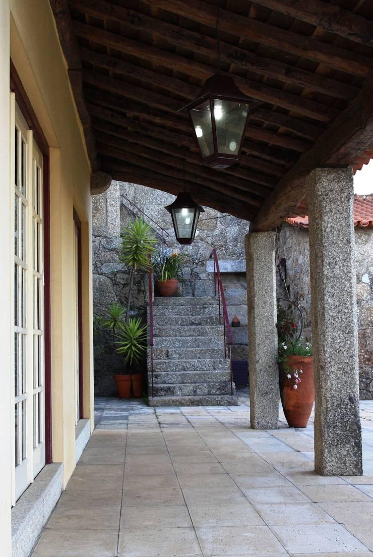 Casa em Famalicão | Reabilitação Urbana: Casas  por Valdemar Coutinho Arquitectos