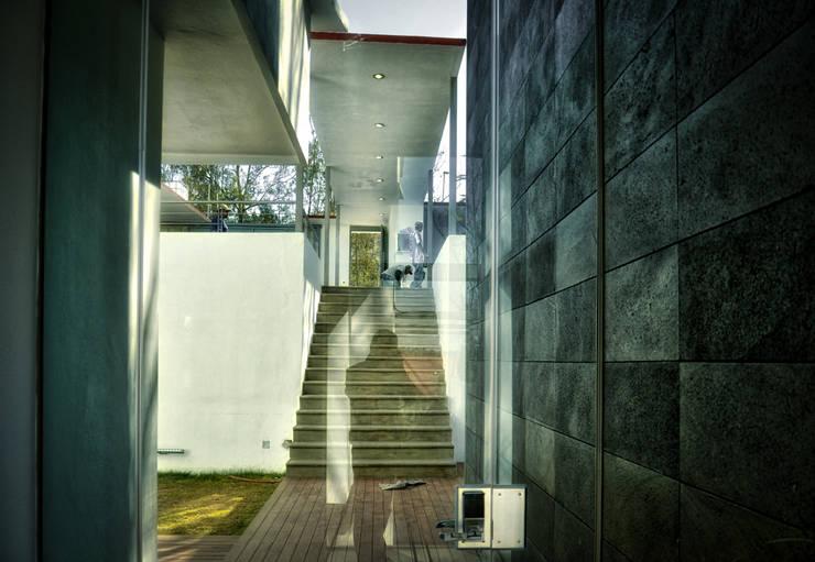 ACCESO PRINCIPAL: Pasillos y recibidores de estilo  por ArqCubo