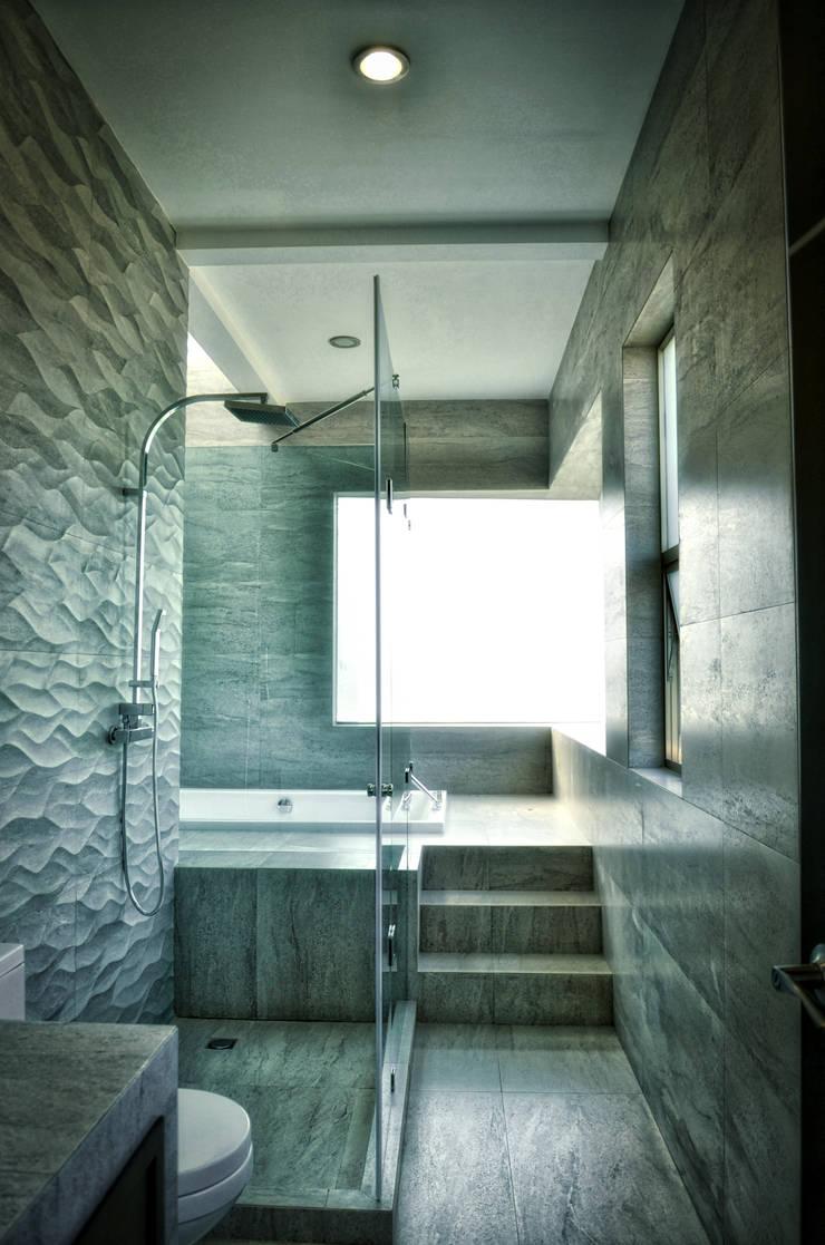 DUCHA PRINCIPAL: Baños de estilo  por ArqCubo