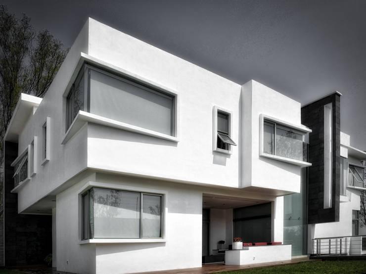 SALA EXTERIOR: Casas de estilo minimalista por ArqCubo