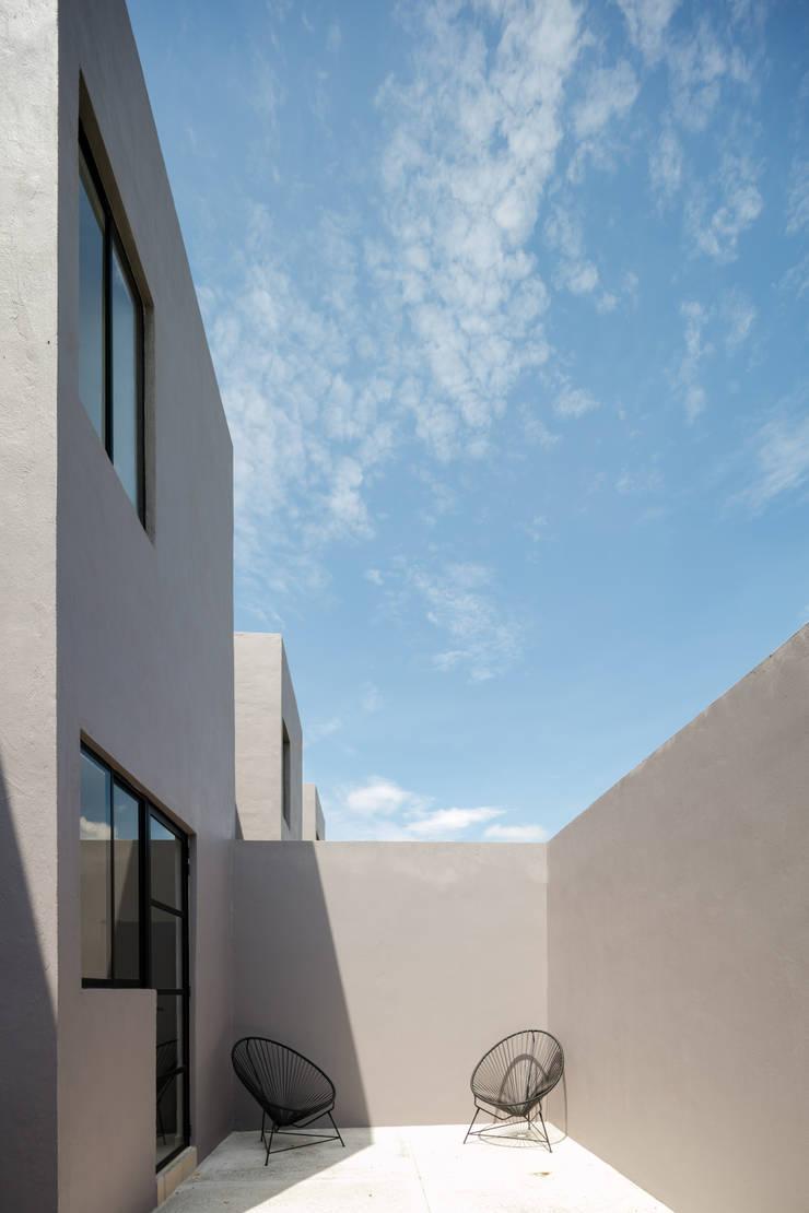 Viviendas San Ignacio: Terrazas de estilo  por IX2 arquitectura