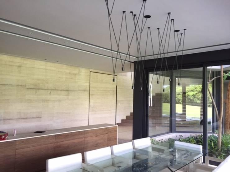 Casa Caimán : Comedor de estilo  por Sundec
