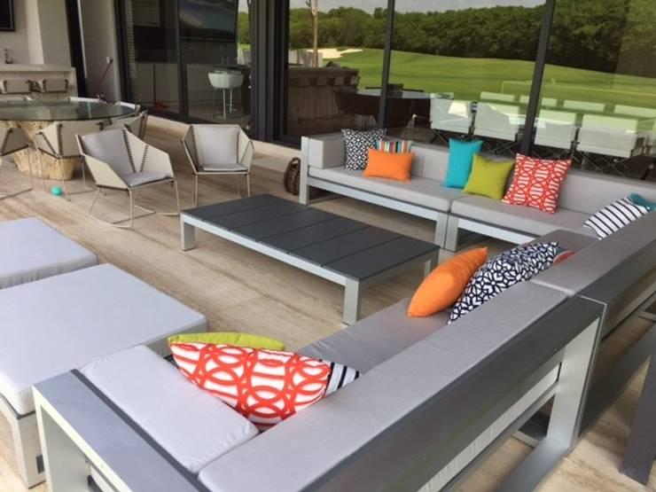 Casa Caimán : Balcones y terrazas de estilo  por Sundec