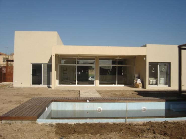 Casa laguna del Sol: Piletas de estilo  por Estudio Damiani