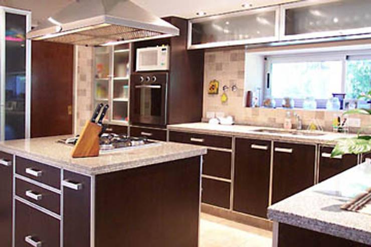 Casa Sarmiento II: Cocinas de estilo  por Estudio Damiani,