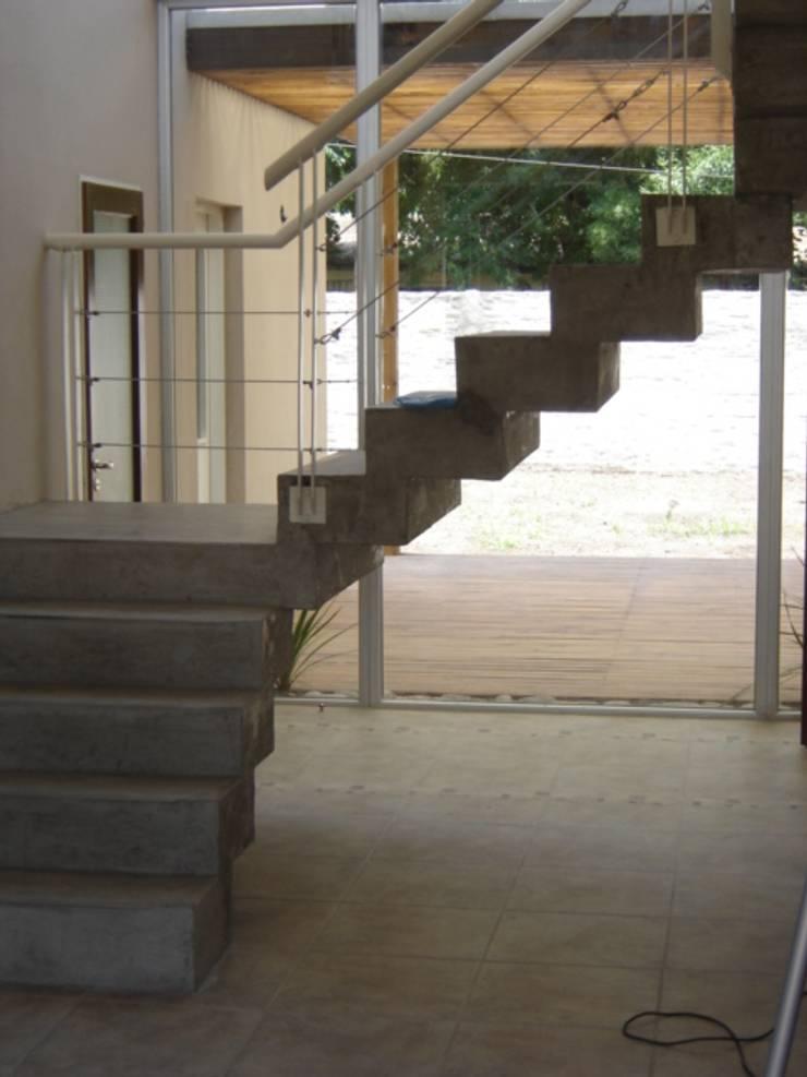 Casa Sarmiento II: Pasillos y recibidores de estilo  por Estudio Damiani,
