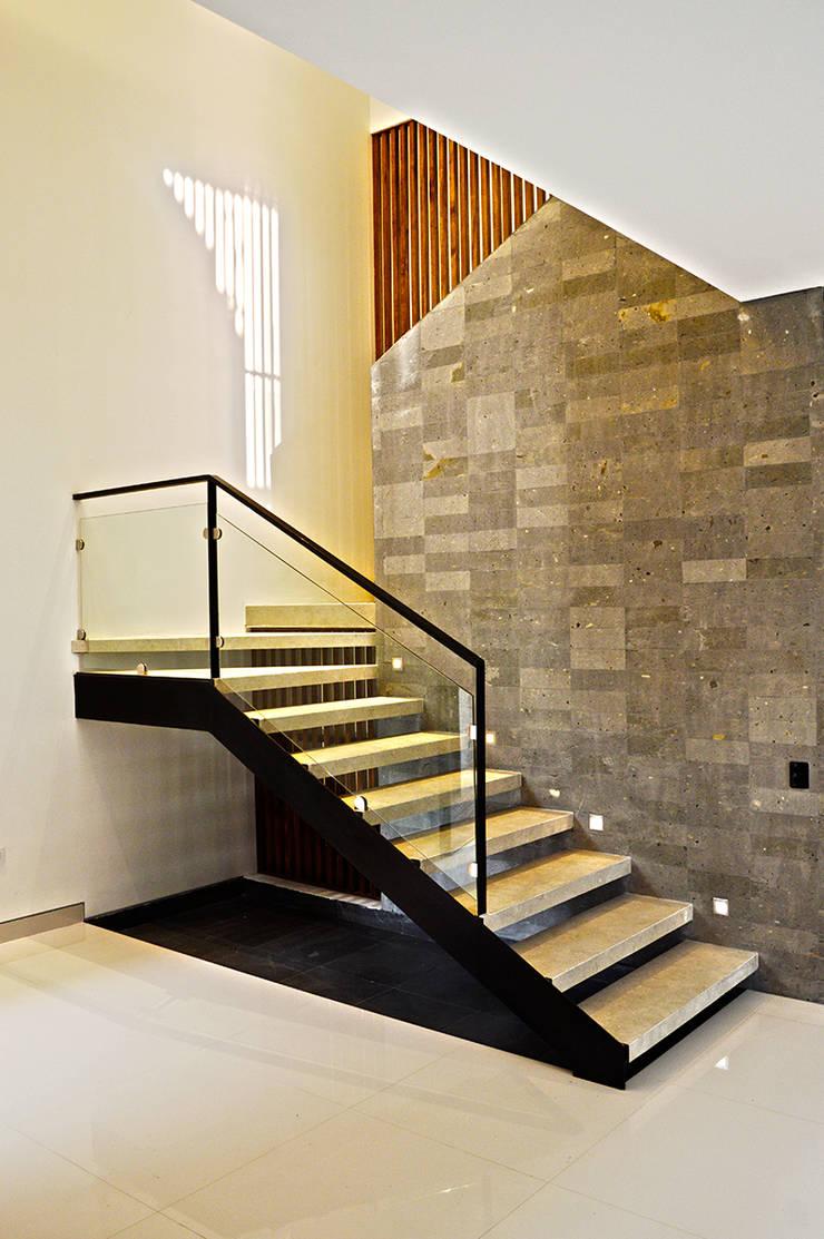 casaNE: Pasillos y recibidores de estilo  por BAG arquitectura