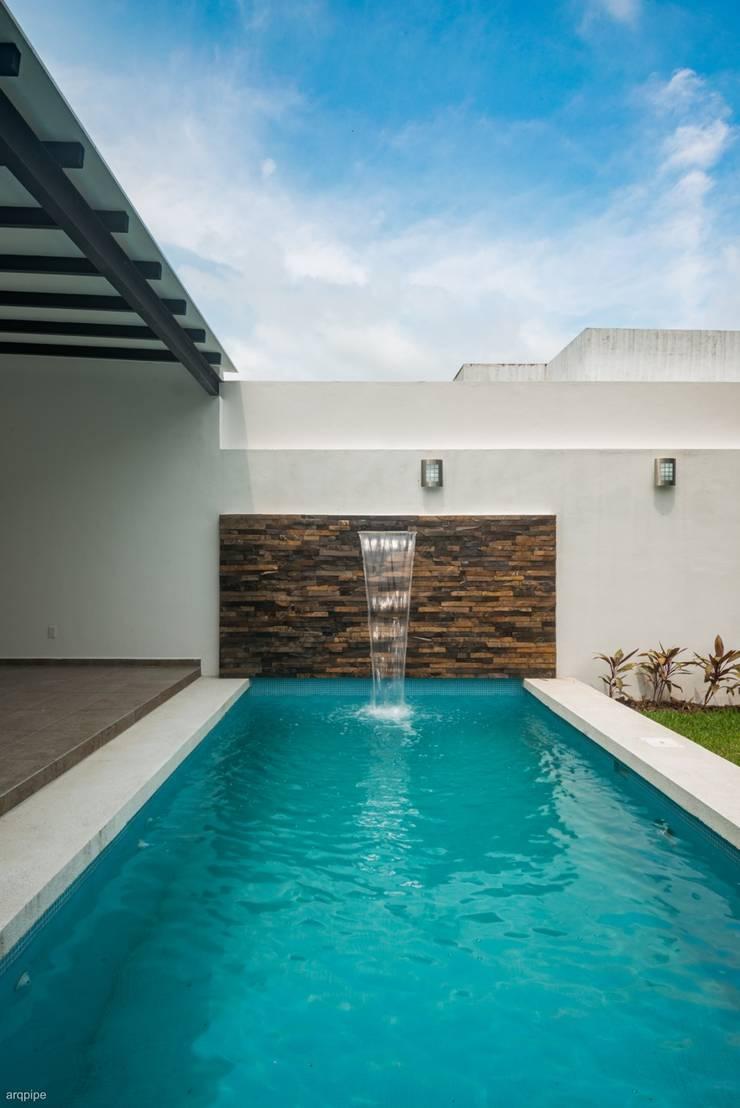 Casa Ax4: Albercas de estilo  por ROKA Arquitectos