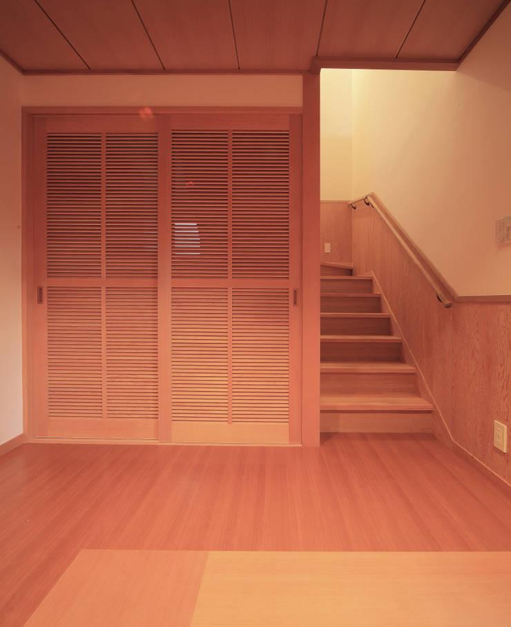 Couloir et hall d'entrée de style  par 上原一朗建築造形研究所,