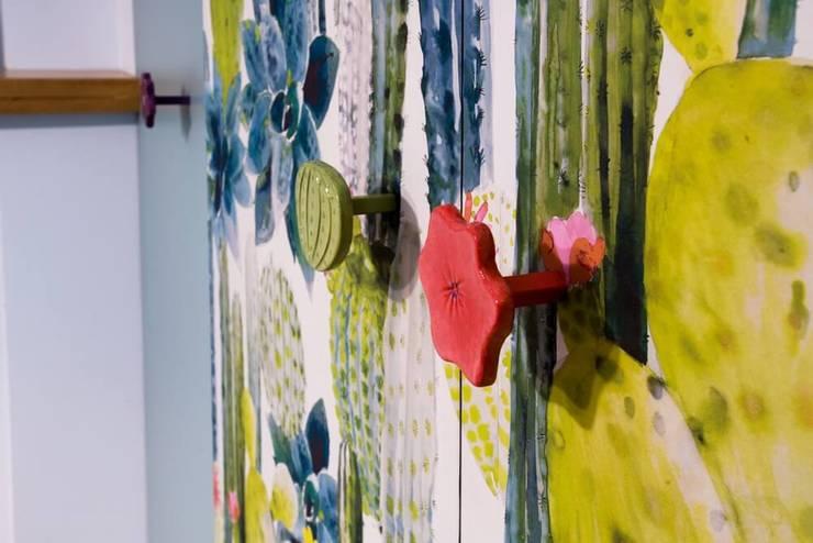 Particolare delle maniglie in ceramica: Sala da pranzo in stile in stile Eclettico di Dima snc di Maiocchi Dario e c.