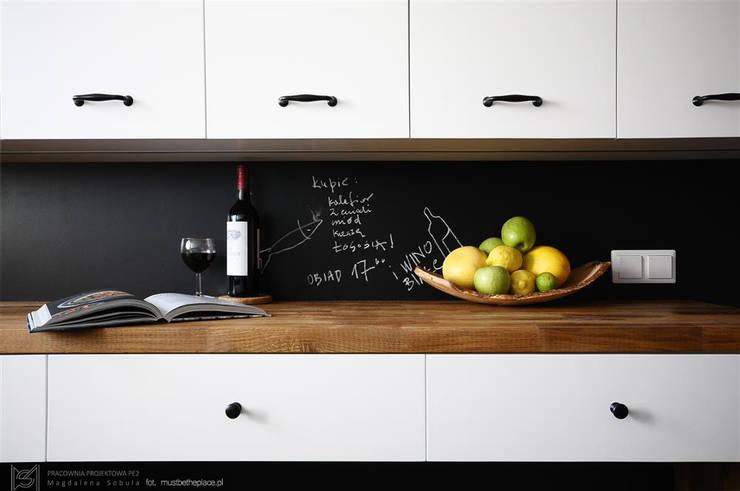 Kuchnia w stylu skandynawskim: styl , w kategorii Kuchnia zaprojektowany przez Pracownia Projektowa Pe2