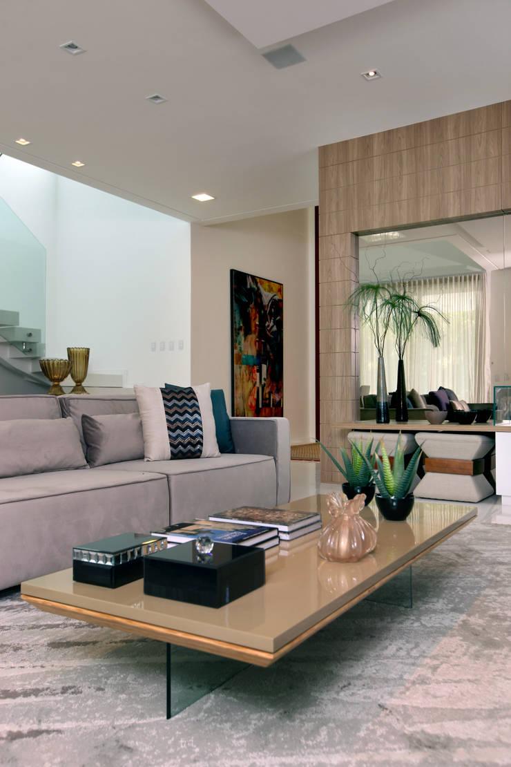 Salones de estilo moderno de Eveline Sampaio Arquiteta e Designer de Interiores Moderno