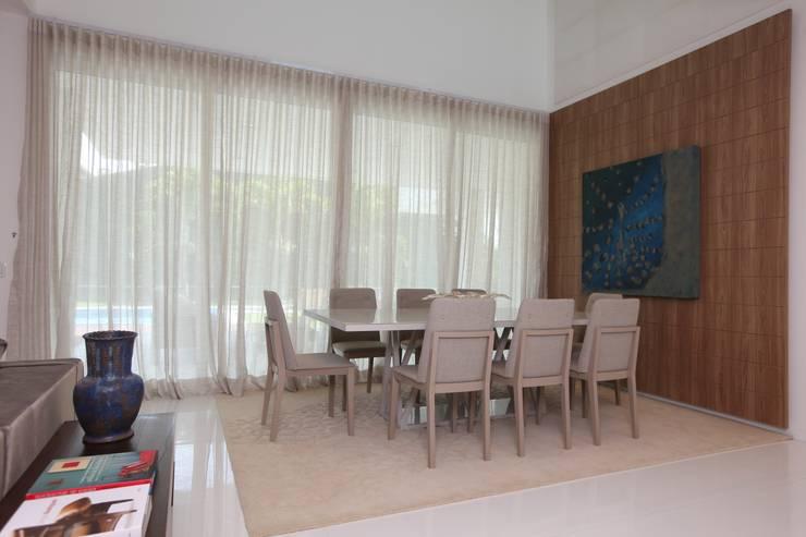 Comedores de estilo moderno de Eveline Sampaio Arquiteta e Designer de Interiores Moderno Tablero DM