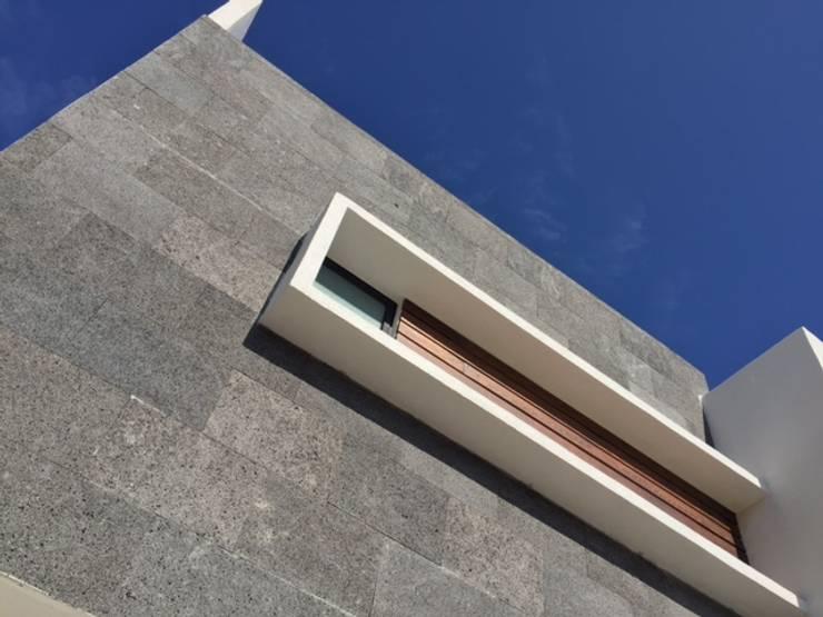 Cantera en Fachada: Paredes y pisos de estilo  por Ambás Arquitectos
