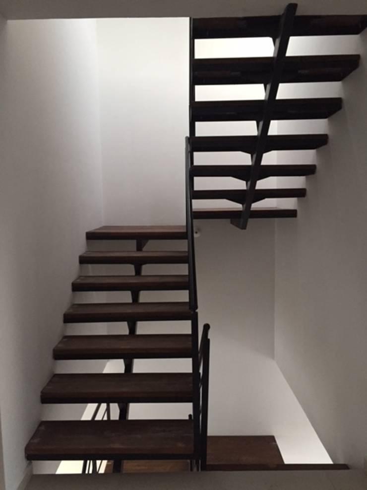 Escaleras: Vestíbulos, pasillos y escaleras de estilo  por Ambás Arquitectos