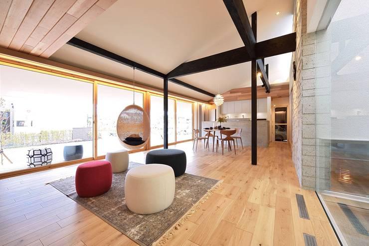 غرفة المعيشة تنفيذ ダトリエ一級建築士事務所 LLC