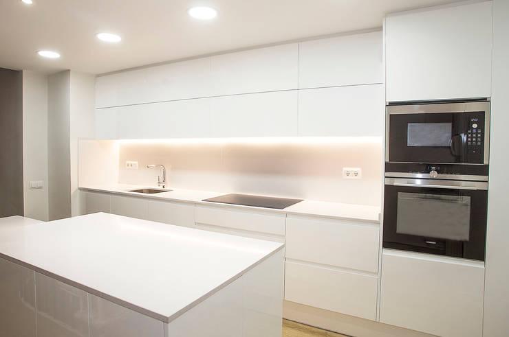 Cucina in stile in stile Moderno di Grupo Inventia