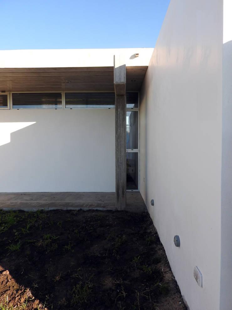 VIVIENDA RR: Casas de estilo  por riverorolnyarquitectos