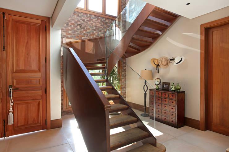 Pasillos y recibidores de estilo  por Célia Orlandi por Ato em Arte