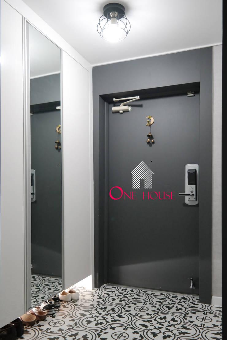 모던한 그레이 컬러의 아파트 리모델링: One House의  복도 & 현관