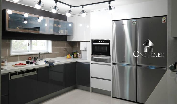 모던한 그레이 컬러의 아파트 리모델링: One House의  주방