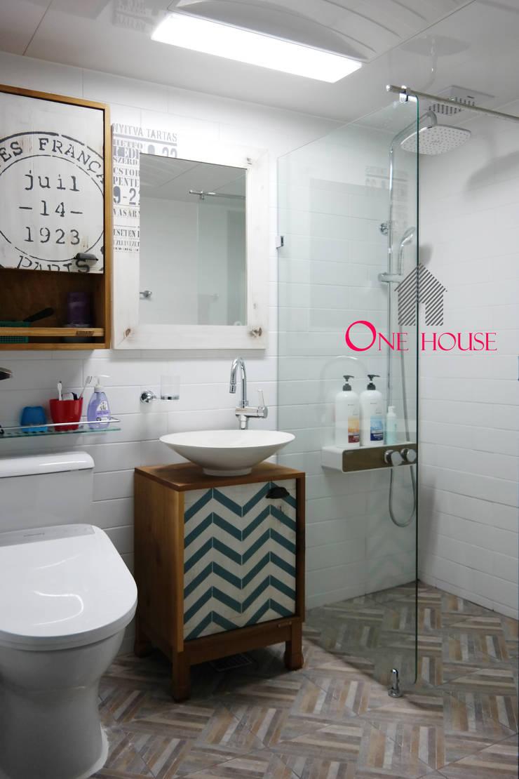 모던한 그레이 컬러의 아파트 리모델링: One House의  욕실