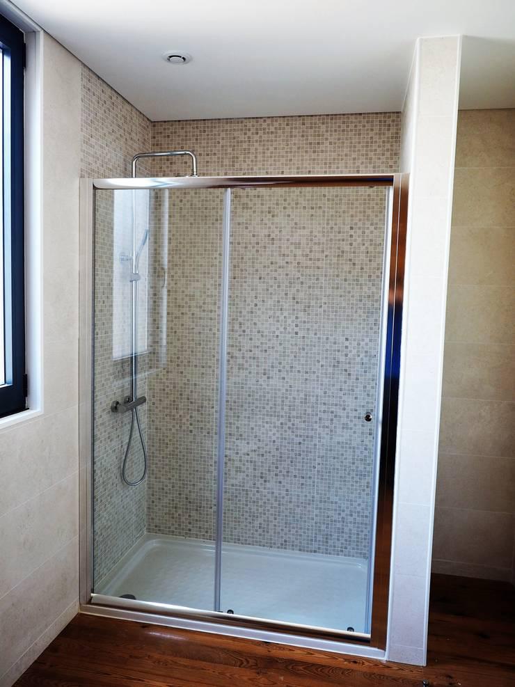 Casa de Banho (cabine de duche).: Casas de banho  por Lethes House
