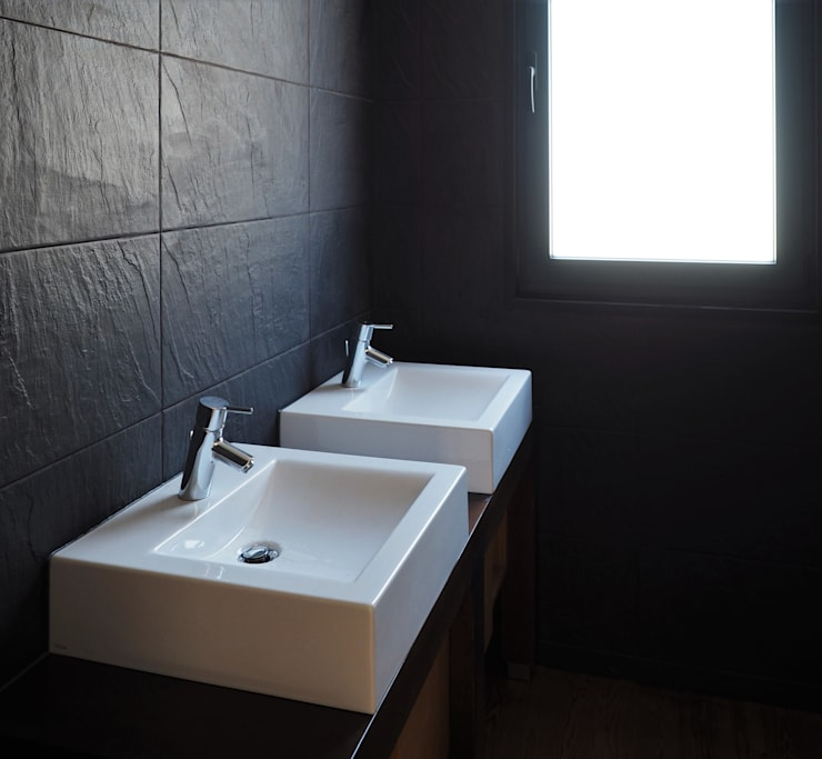 Lavatórios.: Casas de banho  por Lethes House