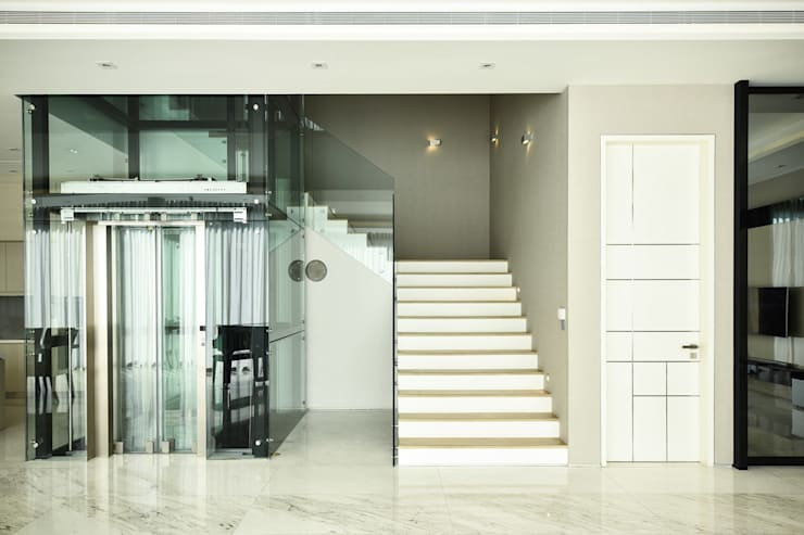 Modern corridor, hallway & stairs by Sen's Photographyたてもの写真工房すえひろ Modern