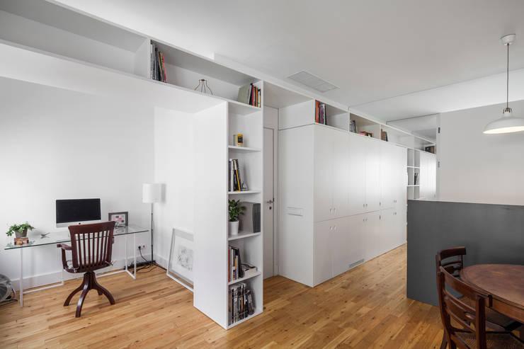 Apartamento AB9: Escritórios e Espaços de trabalho  por FMO ARCHITECTURE